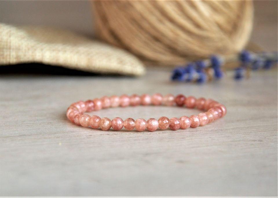 Гривна със слънчев камък в розово
