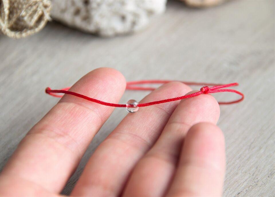 Гривничка с планински кристал на червена корда